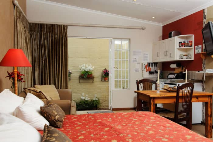 Craighall B & B Studio Flatlet Bedroom & Dining Area